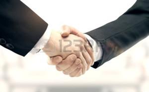 42879518-рукопожатие-на-фоне-города